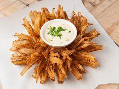 Perfekt als Vorspeise oder Fingerfood für den Fernsehabend mit Freunden: unsere Blooming Onion - die knusprig frittierte Zwiebelblume. Wir haben das Rezept und eine genaue Anleitung für euch.