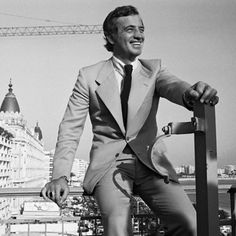 Jean-Paul Belmondo au Festival de Cannes en 1974    En 1974, Jean-Paul Belmondo est au Festival de Cannes pour présenter Stavisky le nouveau film d'Alain Resnais. L'acteur est alors en pleine gloire, l'année précédente, il avait en effet triomphé dans Le Magnifique qui reste l'un de ses films les plus marquants.