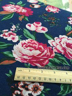 Gros chou Rose Tissus fleuris fleur rose sur bleu par fabricmade