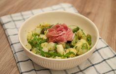 Eindelijke zijn de witte asperges er weer! Deze gnocchi met pesto en asperges is lekker, makkelijk en snel. Een fijn gerecht waar je lente in proeft.