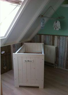 Landelijke babykamer met sloophout behang