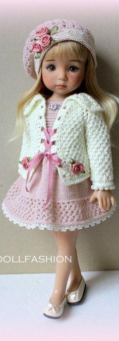 Poupée avec une belle robe blanche et roses!!!! Elle est très belle!
