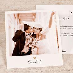 Moderne Polaroid Danksagung zur Hochzeit. Setzen Sie auf der Vorderseite Ihr schönstes Foto vom Hochzeitstag ein und schreiben Sie einen persönlichen Dankestext auf die Rückseite der Polariod Dankeskarten. Schriftart- und Farbe können angepasst werden.