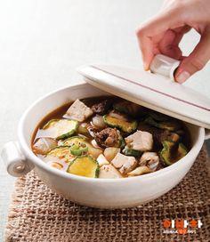 보글보글 된장찌개, 늘 애호박만 넣고 끓였다면 이번엔 말린 호박고지를 넣어보세요.말캉하게 씹히는 호박고지에 진하게 배어든 된장찌개 맛이 일품!상상 이상의 맛을 자랑해요.재료(2인분)필수 재료호박고지(1줌), 팽이버섯(2줌), 두부(¼모), 양파(½개),청양고추(1개), 대파(½대), 쇠고기 양지머리(100g)양념참기름(1