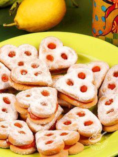 Una frolla rigorosamente senza glutine, un ripieno di confettura che sa di agrumi mediterranei, e la soddisfazione di fare i Biscotti agli agrumi in casa!