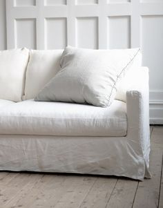 Artilleriet blogg Slipcovered Sofa, Home Living Room, Home, Sofa, Simple Sofa, White Linen Sofa, Linen Couch, White Couches, Home And Living