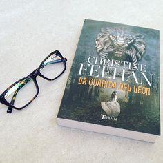 Gracias por los @ediciones_uranomx ❤️ #bookstagram #blogger #books #titania #lovebooks ••• Thanks for this beautiful gift