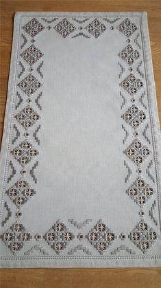Risultati immagini per HARDANGERSöM Hardanger Embroidery, Embroidery Thread, Embroidery Patterns, Bookmark Craft, Drawn Thread, Cross Stitch Fabric, Types Of Embroidery, Satin Stitch, Bargello