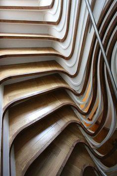 """Pour une maison de Clapham, l'architecture londonien Alex Haw d'Atmos Studio a dessiné ce sculptural escalier de bois, relecture contemporaine et spectaculaire des escaliers """"Art Nouveau"""". Composé de pièces de chêne et de MDF découpées par des..."""