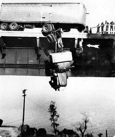 Premio Pulitzer de fotografía de 1954:  Foto tomada por la amateur Virginia Schau y publicada posteriormente por The Akron. En ella capta el rescate de un camionero en California, momentos después de descolgarse de un puente.  Premio Pulitzer de fotografía 1954