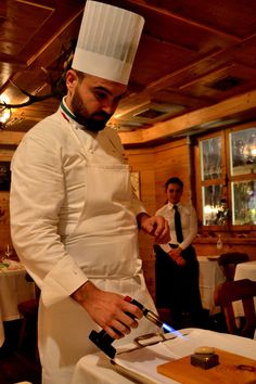 Enrico Croatti prepara il dessert