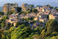 famouse place - the luberon ,East of Avignon, the Luberon region in Provence offers a quintessentially French experience touring sleepy villages perched La Provence France, Luberon Provence, Bonnieux, France Landscape, Tuscany Landscape, Le Colorado, French Summer, Stone Houses, Europe Destinations