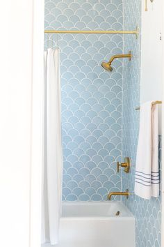 Pretty blue décor accents | Modern traditional bathroom décor ideas | Modern fish scale tile accents | Gold bathroom faucet accessories | Styled by Emily Henderson | Photo by Jessica Isaac ♥ visit www.wishtank.co.za for more home décor ideas and inspiration