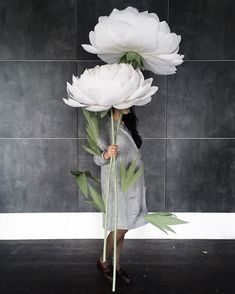 Dont you think that these oversized paper flowers might be a unique and artistic element on your pre-wedding photo session? Modern and enchanting, professionally crafted , these giant paper flowers with stems would be a perfect addition to your wedding album. ***PRICING  35-40cm//14-16 •
