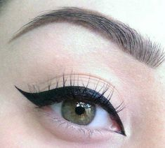 There's one liquid eyeliner that everyone on the Internet seems to be constantly raving about. #SimpleEyeliner Eyeliner Shapes, Simple Eyeliner, Beauty Soap, Eye Liner Tricks, Dead Skin, Skin Care Tips, Internet, Dupes, Makeup