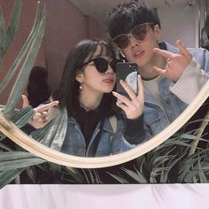 Ulzzang couples discovered by ✿𝐑𝐨𝐰𝐞𝐧𝐚 𝐑𝐚𝐯𝐞𝐧𝐜𝐥𝐚𝐰✿ Couple Ulzzang, Ulzzang Girl, Best Friend Pictures, Friend Photos, Cute Couples Goals, Couple Goals, Cute Korean, Korean Girl, Korean Best Friends
