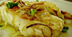 Bacalhau a Provençal com Batatas ao Forno Ingredientes: 800 gramas de lombo de bacalhau demolhado 1 colher de sopa de sal grosso 1 chávena de chá de azeite extra virgem de boa qualidade 5 dentes de alho em fatias finas 1 cebola roxa grande em meia l