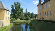 Adam Weisweiler geb. 28.10.1746 im Dycker Schelsen/Korschenbroich, damals zur reichsunmittelbaren Herrschaft Dyck gehörig. Auf dem nahgelegenen Schloss Dyck (Foto) absolvierte er vermutlich seine Lehrzeit. Man nimmt an, dass ein Teil seiner Ausbildung auch in der Manufaktur der Roentgen in Neuwied war, bevor er nach Paris ging und dort einer der berühmtesten Ebenisten wurde.