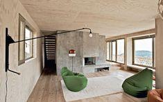 In soggiorno, arredi minimali e iconici. A parete, lampada Potence di Jean Prouvé, Vitra; poltrone Sacco di Zanotta e piantana Lantern di Ronan & Erwan Bouroullec, Belux