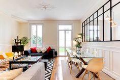 Le séjour de cet appartement offre un espace salle à manger et un coin salon de rêve, une réalisation signée Ré-novateurs Paris