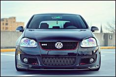 The red around the grill makes it look like its smiling but still a mean looking car. Vw Golf Vr6, Golf Gti R32, Gti Mk7, Jetta Mk5, Golf Photography, Volkswagen Polo, Hot Rides, Car Pictures, Custom Cars