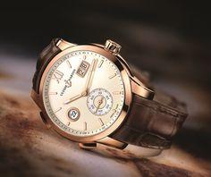 La manufacture horlogère Ulysse Nardin poursuit le développement de son modèle Dual Time Manufacture avec l'arrivée de deux garde-temps disponibles en or rose (boitier de 42 mm), l'un avec un beau cadran bleu vif rehaussé d'un motif géométrique de style cordage (notre préféré) et l'autre arborant...