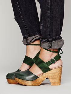 ¡Qué bien combina el verde oscuro con la madera! Free People Belmont Leather Clog at Free People Clothing Boutique