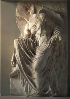 Relieve del templo de Atenea Niké, Acrópolis, Atenas. 'Nike atándose la sandalia', mitad s. V a.C.