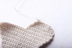 Návod na háčkované vintage srdce 23 Crochet Top, Christmas Ornaments, Handmade, Women, Fashion, Squares, Moda, Hand Made, Fashion Styles