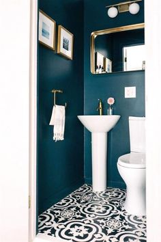 Small WC / powder room painted in dark blue with gold hardware Kleine Toilette / Gästetoilette in Du Powder Room Paint, Blue Powder Rooms, Small Powder Rooms, Modern Powder Rooms, Gold Powder, Bad Inspiration, Bathroom Inspiration, Wc Retro, Small Toilet Room