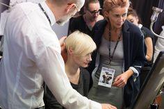 """Zespół fryzjerów Davines i Rafała Potomskiego (AtelieRPotomski, Kraków) przygotowuje fryzury podczas Fashion Expo w Szczecinie. Na zdjęciu: Rafał Potomski AtelieRPotomski, Kraków, oraz Agnieszka Piskozub, Salon """"Aga"""" – Agnieszka Piskozub, Bydgoszcz #davinespolska #szczecin #krakow #bydgoszcz #fashionexpo #hair #hairdo #fashionshowing #catwalk #backstage"""