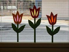 Askartelimme eskareiden kanssa muutama viikko sitten kevään tulppaaneja koristamaan eskarin ikkunoita. Tulppaanit on toteutettu perinteisell... Hobbies And Crafts, Crafts For Kids, Celebration Day, Art N Craft, Window Art, Summer Art, Spring Crafts, Suncatchers, Easter Crafts
