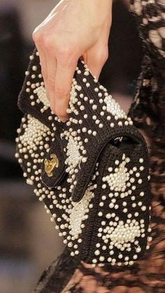 Find tips and tricks, amazing ideas for Chanel resort. Discover and try out new things about Chanel resort site Chanel Resort, Chanel Cruise, Bag Crochet, Crochet Clutch, Crochet Purses, Chanel Fashion, Fashion Bags, Fashion Handbags, Diy Fashion