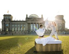 mobiles Pappbett vor dem Reichstag in Berlin, cardboard bed in in front of the Reichtsag Berlin http://de.roominabox.de/collections/all/products/das-pappbett-2-0