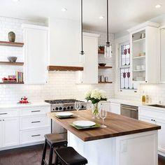 Modern ve klasik çizgilerin karıştığı güzel bir tasarım. Ortada ki ada ayrıca güzel ve şık duruyor #dekorasyon #dekorasyonfikirleri #dekorasyonönerisi #mutfakdekor #mutfakdekorasyon #mutfakstyle #marifetix #marifetix.com #evdekorasyon