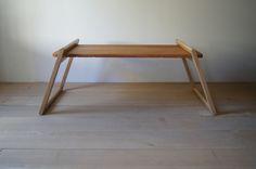 キャンプ用の折りたたみのローテーブル まず、とても単純なテーブルを試作 天板を脚に挟むだけ シンプルでキレイです! 天板の下に...