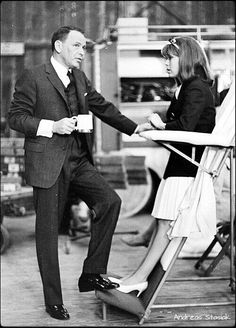 Frank Sinatra and Nancy Sinatra on the set of 'Marriage on the Rocks' Classic Hollywood, Old Hollywood, Franck Sinatra, Great American Songbook, Joey Bishop, Sammy Davis Jr, Dean Martin, Jim Morrison, Actors