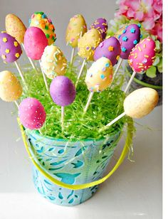 Easter Egg Cake Pops - So making this for our Easter party(: Cake Pop Bouquet, Easter Egg Cake Pops, Easter Eggs, Easter Food, Easter Bunny, Easter Table, Desserts Ostern, Diy Ostern, Easter Celebration