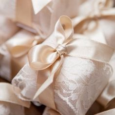 Wedding Favors wrapped in tissue, lace and tied with sumptuous satin bows. Soap Wedding Favors, Party Favors, Wedding Gifts, Wedding Wishes, Soap Packaging, Pretty Packaging, Brazilian Wedding, Deco Buffet, Party Deco