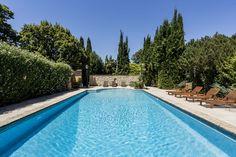 Voici une ancienne bergerie du 18ème siècle très largement modifiée et restaurée pour être transformée un luxueux mas. Il est en vente chez  Espaces Atypiques si vous êtes tentés. L'intérieur de la maison semble spacieux et agréable à vivre avec une cuisine moderne mais qui a gardé tout le charme de l'ancien.  #piscine #masprovencal #anciennedemeure #ancien #renovation Aix En Provence, Voici, Outdoor Decor, Home Decor, 18th Century, Outdoor Areas, Beautiful Gardens, Toulon, Decoration Home