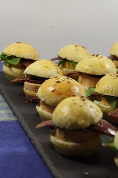 Mini burger au foie gras In a little over a month it is Christmas, so during the weeks that will arrive I will try to give you several recipe ideas for the holidays, gourmet recipes, with produ … Tapas, Gourmet Recipes, Cooking Recipes, Mini Hamburgers, Brunch, Xmas Dinner, Delicious Burgers, Healthy Recipes, Entrees