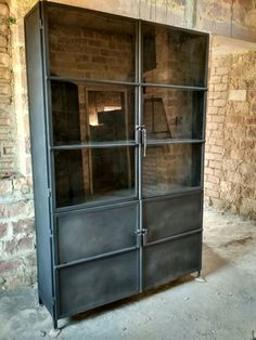 Trendy Lifestyle Collection : Industriele stoere vitrinekast - Lilly is Love Industrial Closet, Industrial Living, Industrial Chic, Industrial Design Furniture, Furniture Design, Tall Cabinet Storage, Locker Storage, Vintage China Cabinets, Transitional Living Rooms