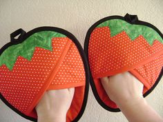 Strawberry Potholders by VernieLeeDesigns on Etsy Small Sewing Projects, Sewing Hacks, Sewing Patterns Free, Quilt Patterns, Fabric Crafts, Sewing Crafts, Quilted Potholders, Oven Glove, Sewing Aprons