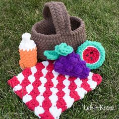 It's summer time and picnics are in season! A plushy, crochet picnic basket  toy perfect for little hands! Enjoy this FREE pattern :)