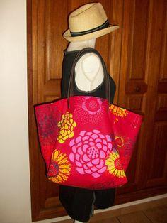 Sac cabas en coton rouge avec de grosses fleurs , anses en cuir : Sacs à main par cocoon-by-ln