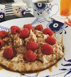 Lørdag er selvfølgelig startet med en lækker portion vanilje grød toppet med @bodylab sirup og hindbær 😋☀️👌🏻 Inden længe skal benene have tæsk sammen med smukke @maria_sidsel 🍑💥💦 #Breakfast#healthyliving#royalcopenhagen#fitnessGirl#ProteinOatmeal#OatMeal#Oat#Grød#Fit#FitfamDk#Fitliving  er lavet således : 75g havregryn - 200g æggehvider - 1 scoop vanilje proteinpulver - lidt kanel - sødemiddel - kardemomme og vand @miss_albers 😘 Det er så lækkert og nemt at lave!