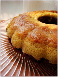 Krem karameli çok seven biri olarak , bu keki sevgili arkadaşım Cahide de gördüğümden beri yapmayı hayal ediyordum.Gelgelelim uygun bir kek kalıbımın olmaması beni bu zamana kadar engelledi , ( elimdeki mevcut dilimli kek kalıbı hacim olarak çok büyük ve yayvan).Yeni bir kalıp almak için tehir ettiğim bu tarifi , belki karamel ve kek birleşince …