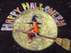 Halloween-Fahrstraßen-Kreidekunst! 2014 -#HalloweenFahrstraßenKreidekunst Halloween Chalkboard, Chalkboard Art, Halloween Tafel, Chalk Photography, Chalk Pictures, Chalk Writing, Chalk Design, Sidewalk Chalk Art, Halloween Drawings
