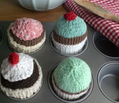 Cupcakes haha at least you don't get fat by these ;-) free pattern ♥ 4250 FREE patterns to knit ♥ http://pinterest.com/DUTCHYLADY/share-the-best-free-patterns-to-knit/