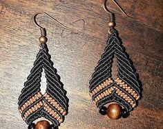 Pendientes en macramé con detalles en bronce. Earrings tribal.
